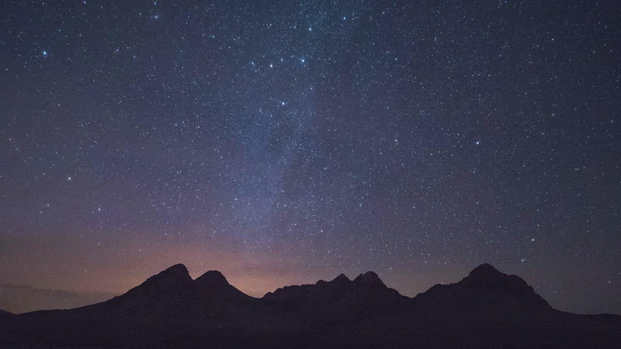 夜空中远处山顶银河系星空视频素材下载-MOGRT